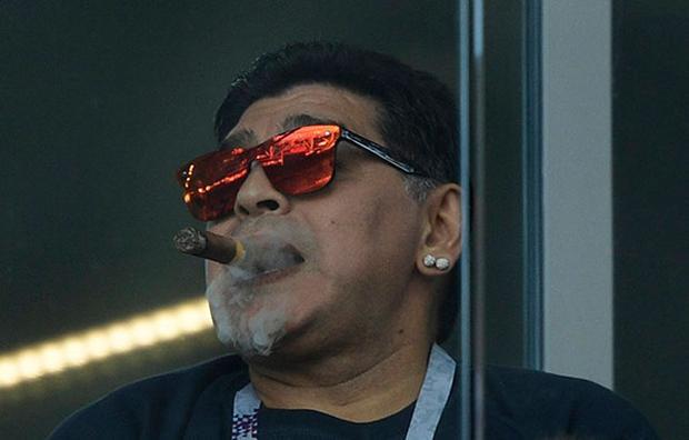 Trước đó, Maradona đã bị chỉ trích rất nhiều vì hành vi coi thường lệnh cấm của BTC World Cup 2018 khi thản nhiên hút xì gà trên khán đài.