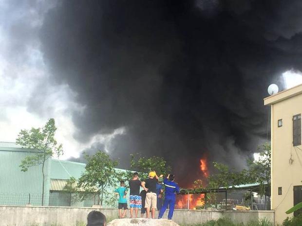 Ngọn lửa bất ngờ bùng phát tạidây chuyền sản xuất số 3 của công ty. Ảnh: Dương Hải.