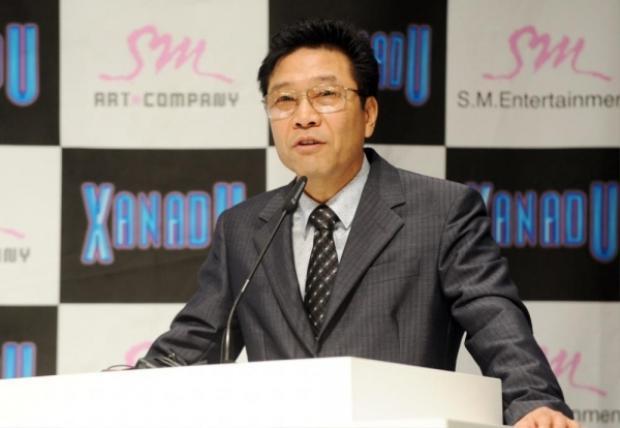 Tiếp đến là người đã tạo nên những huyền thoại Kpop như H.O.T, DBSK, Super Junior, SNSD, EXO… Công trạng của vị chủ tịch nhà SM đối với lịch sử nền âm nhạc Hàn Quốc thì không cần phải bàn cãi.