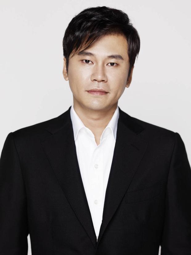 """Dù dính phải nhiều tai tiếng về chuyện bỏ bê """"gà nhà"""" nhưng không vì thế mà có thể phủ nhận vị thế của chủ tịch YG Entertainment - Yang Hyun Suk, người lập nên BigBang, 2NE1,…"""