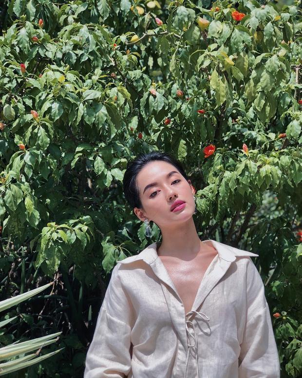 """Sở hữu vòng một không quá nổi bật nhưng đó là chính nét riêng của Khánh Linh để tạo những dáng """"pose"""" chỉ có ở Khánh Linh The Face."""