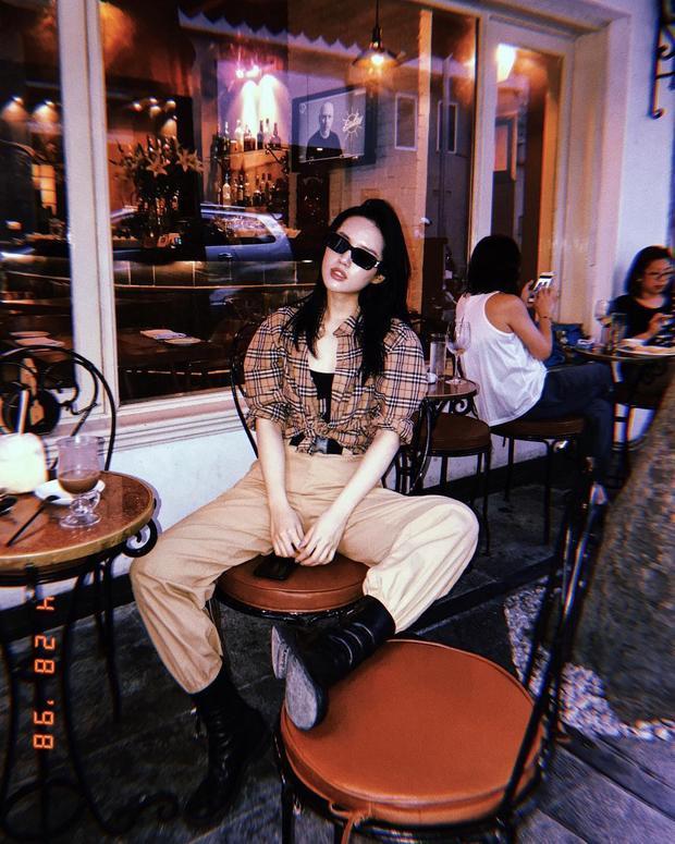 Khánh Linh cá tính trong kiểu pose tương tự nhưng với set đồ khác.