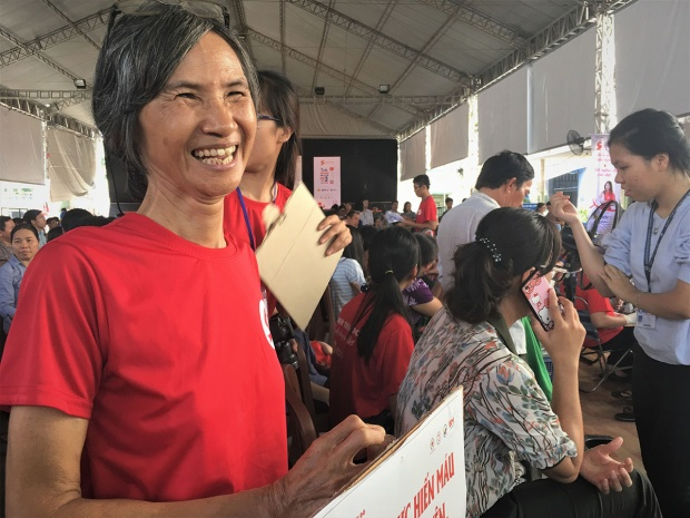 Cô Nghiêm Hồng Vân (67 tuổi), với nụ cười rạng rỡ trên môi, sẵn sàng hỗ trợ công tác hiến máu