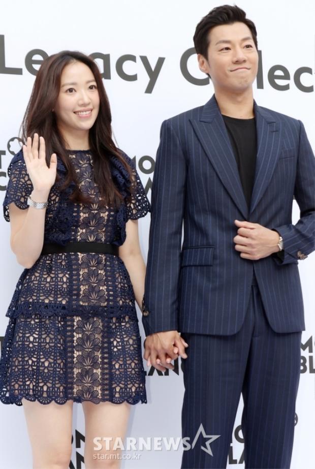 Vợ chồng Lee Chun Hee và Jun Hye Jin tay trong tay khiến nhiều người phải ghen tỵ.
