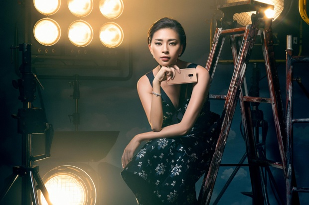 Đả nữ đa tài Ngô Thanh Vân càng thêm quý phái, bí ẩn với sắc vàng điểm xuyến từ chiếc Galaxy S9+ Hoàng Kim.