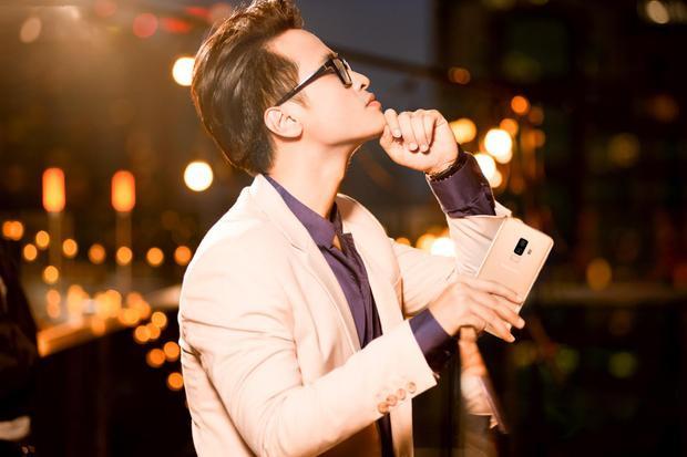 Chất lãng tử, lịch lãm của Hà Anh Tuấn nay có thêm một cách mới để thể hiện bằng niềm cảm hứng sắc vàng phiên bản Hoàng Kim của Galaxy S9+.