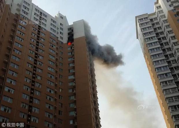 Vào khoảng 6h chiều 21/6, đội cứu hỏa thành phố Trịnh Châu, tỉnh Hà Nam, Trung Quốc nhận được cuộc gọi báo cháy từ một người đàn ông họ Tôn.Ngay sau đó, đội cứu hỏa đã tới hiện trường để dập tắt đám cháy và cứu hộ.