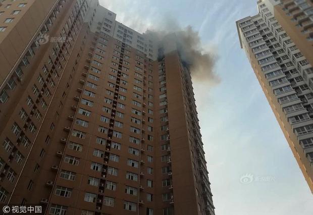 Tuy nhiên, ngọn lửa lại bốc lên ở tầng thứ 23 của tòa nhà chung cư khiến việc cứu hộ gặp khá nhiều khó khăn. Khoảng 6h40, ngọn lửa mới được khống chế. Do nơi xảy ra hỏa hoạn quá cao và ngọn lửa lan ra nhanh chóng nên mọi đồ đạc trong căn hộ chung cư đó đã bị thiêu rụi hoàn toàn. May mắn thay, không có thương vong trong vụ hỏa hoạn này.