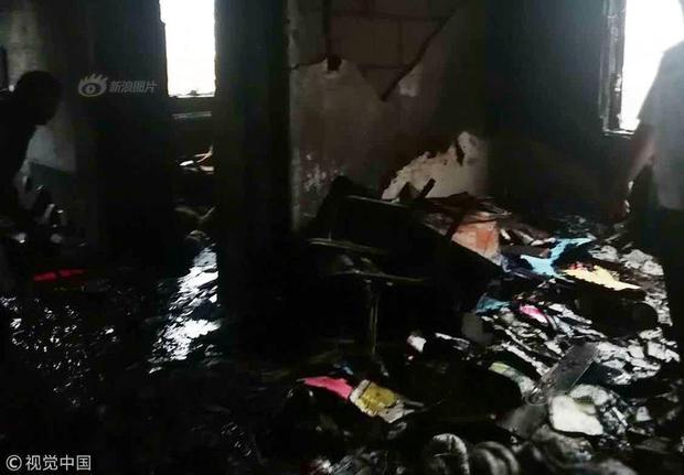 Sau khi điều tra, cảnh sát cho biết nguyên nhân dẫn tới vụ cháy là do chủ căn hộ sạc xe điện trong nhà. Tuy nhiên, sau khi cắm dây sạc xe, chủ nhà lại bỏ ra ngoài. Chiếc xe bị sạc điện trong thời gian quá dài khiến bình ác quy bị nổ, gây ra cháy.