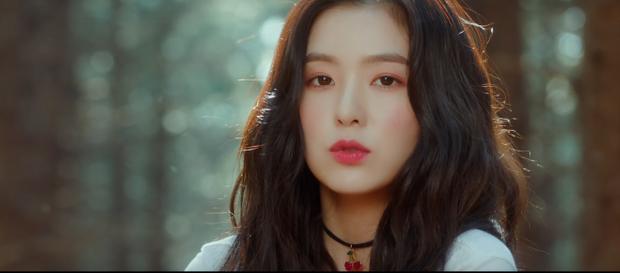 Red Velvet trang điểm 'hồng trọn bộ' từ mắt, má, môi.