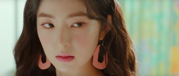 Nói không với eyeliner đen sắc sảo, Red Velvet dùng chì kẻ nâu để đôi mắt bừng sáng tự nhiên.