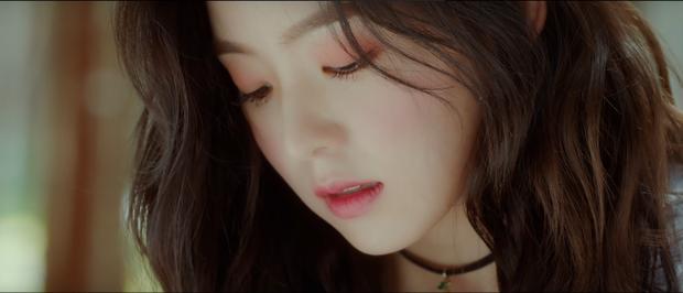 Bạn có thể đánh son hồng dễ thương như Irene.
