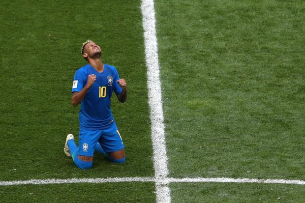 Neymar rơi nước mắt trong ngày đội nhà giành chiến thắng. Ảnh: Reuters.