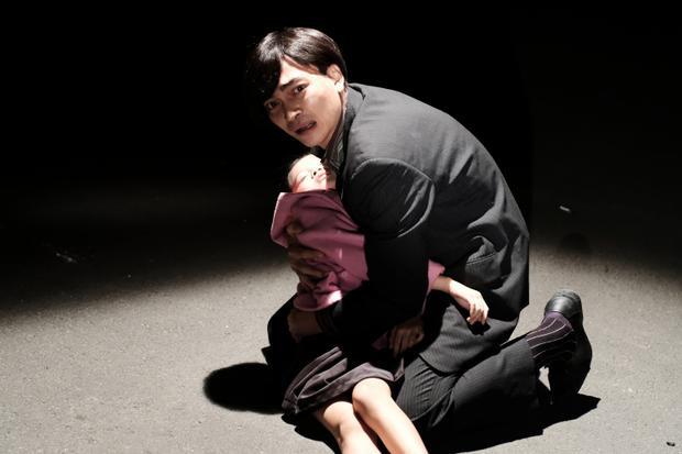 Biến cố bất ngờ ập đến cuộc sống vốn yên bình của hai cha con.
