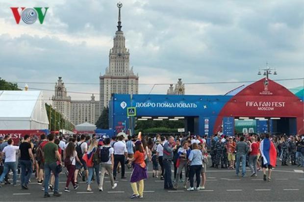 Hàng nghìn cổ động viên xem bóng đá tại fanzone Moscow. Ảnh: Anh Tú