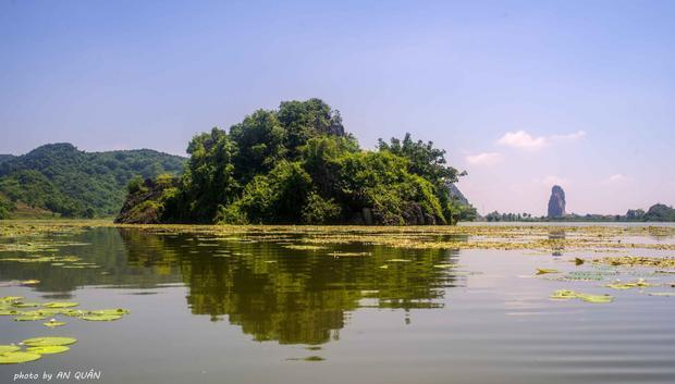 Khung cảnh thơ mộng của hồ Quan Sơn. (Ảnh: An Quân)