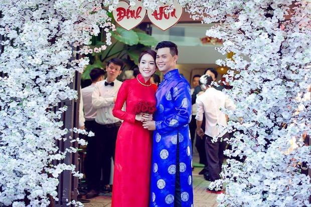 Cô nàng chụp ảnh cùng chị gái Thùy Lâm.
