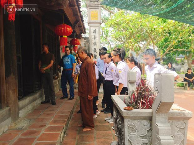 Các sĩ tử tập trung trước cửa đền thờ Thống quốc Thái sư Trần Thủ Độ