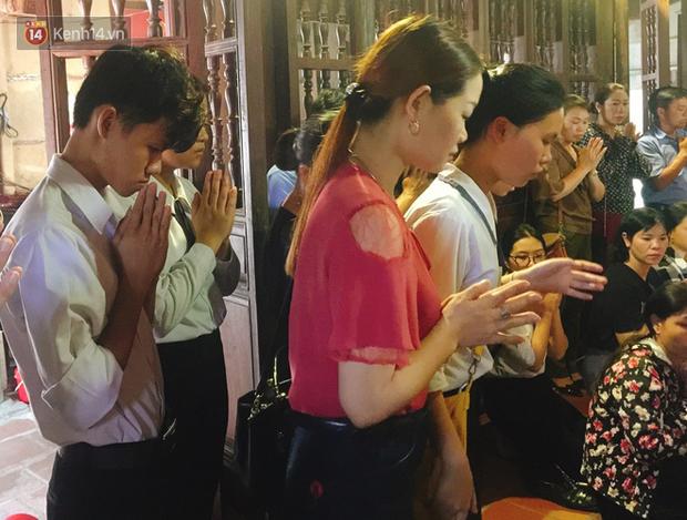 Với tâm lý lo lắng, nhiều sĩ tử đã cùng nhau đến đền Trần, đền Trần Thủ Độ dâng hương kính lễ mong một mùa thi đạt kết quả cao.