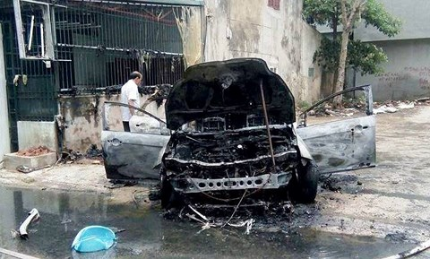 Chiếc xe trơ khung sau đám cháy. Ảnh: Infonet.