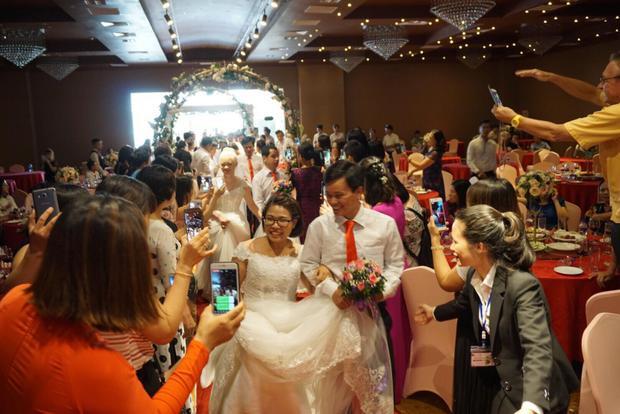 Đúng 16h chiều 23/6, các cặp cô dâu chú rể cùng nhau tươi cười tiến vào lễ đường trong sự hân hoan chúc phúc của người thân, mọi người đến tham dự.