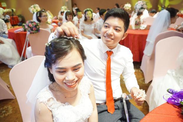Anh Phạm Văn Thành cài bông hoa lên tóc vợ mình là chị Nguyễn Thị Phương. Họ đã có một con trai 2 tuổi nhưng vì điều kiện đến nay mới có thể làm đám cưới.