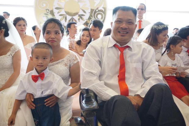 Vợ chồng ông Chu Ngọc Tuấn (43 tuổi, quê ở huyện Hậu Lộc, tỉnh Thanh Hoá) cùng con trai bắt xe ra Hà Nội để tham dự đám cưới tập thể. Ông Tuấn bảo, do điều kiện kinh tế khó khăn nên năm 2012 vợ chồng ông dọn về sống chung cùng nhau và chỉ làm vài mâm cơm mời anh em trong nhà ra mắt vì không có điều kiện làm đám cưới.