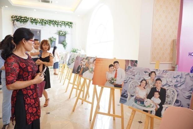 Đây cũng là dịp nhiều người thân, bạn bè tới trung tâm lễ cưới chúc phúc cho các cặp đôi.41 cặp đôi khuyết tật đã được chụp ảnh cưới từ đầu tháng 6/2018.