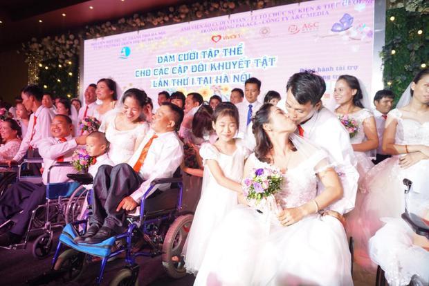 Xúc động khoảnh khắc 41 cặp đôi khuyết tật trao nhau nụ hôn hạnh phúc trong đám cưới tập thể