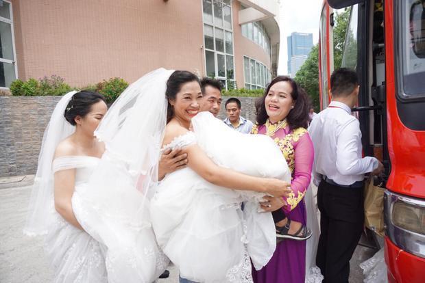 Một số cô dâu bị khuyết tật không thể đi lại được được một số người phụ giúp bế lên xe ô tô tiến tới trung tâm tổ chức đám cưới.