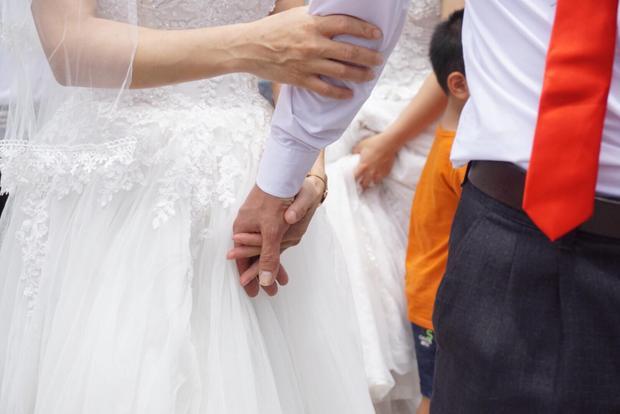 Dù trải qua bao khó khăn, gian khổ khi cơ thể có một số điểm khuyết, bất hạnh của cuộc sống nhưng các cặp đôi luôn nắm chặt tay nhau vượt qua hành trình gian khó để kết duyên cùng nhau.