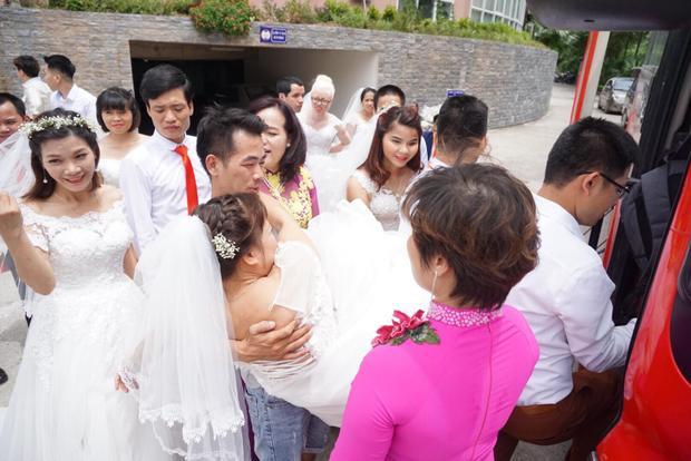 Trong sáng cùng ngày, các cô dâu chú rể được trang điểm sau đó lên xe đến địa điểm tổ chức đám cưới mà có lẽ cả đời họ không dám mơ ước tới một phần vì mang trong mình những tật nguyền, một phần vì điều kiện kinh tế gia đình.