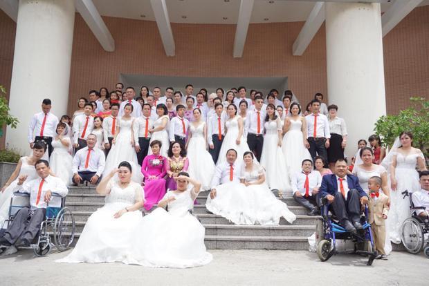 Chiều 23/6, tại Hà Nội đã diễn ra lễ cưới tập thể cho 41 cặp đôi đến từ Hà Nội và một số tỉnh lân cận. Các cặp đôi là người khuyết tật hoặc một trong hai là người khuyết tật đang có nhu cầu kết hôn hoặc đã kết hôn nhưng chưa có điều kiện tổ chức đám cưới, sẽ được mặc đồ cưới, chụp ảnh cưới và có lễ cưới đầm ấm bên gia đình, bạn bè, người thân.