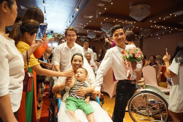 Các cháu nhỏ theo cha mẹ đến làm đám cưới, đi tới đâu mọi người vẫy tay chúc phúc tới đó.