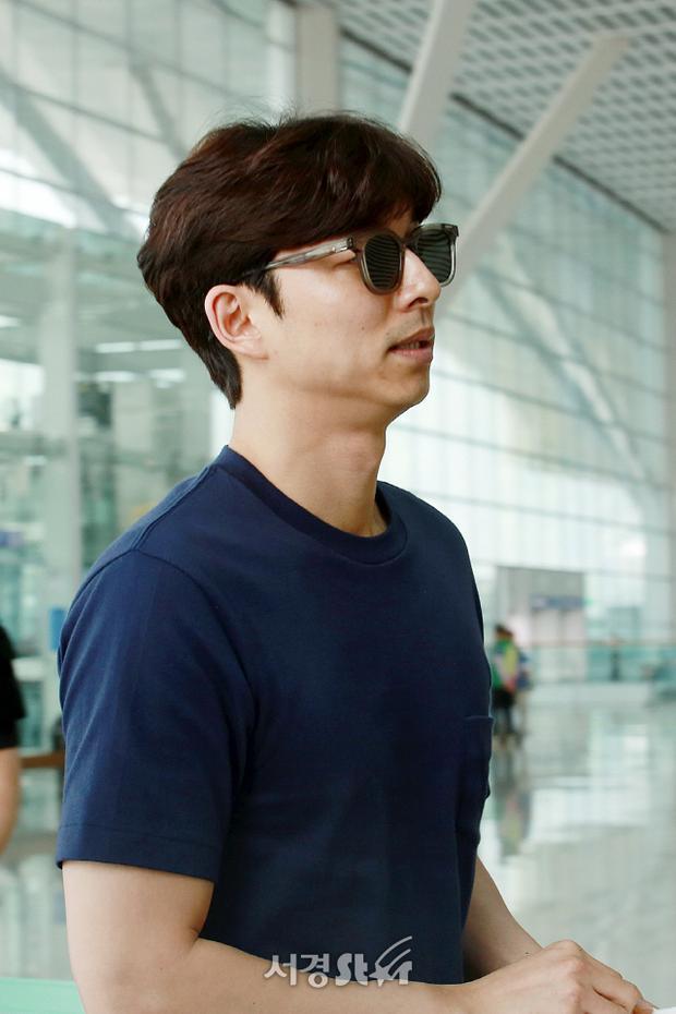 Chú yêu tinh 40 tuổi Gong Yoo chuẩn men ăn đứt Jung Hae In tại sân bay