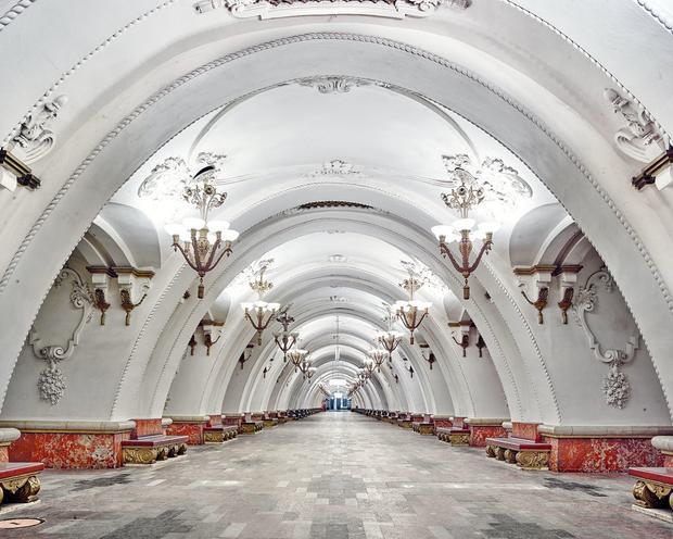 """Ga metro Arbatskaya cũng là một ga được nhiếp ảnh gia Burdeny yêu thích. Anh chia sẻ """"nó như thể một nhà thờ và hình ảnh không thể hiện được hết trải nghiệm ở đây."""""""