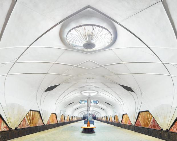 Đây là Aeroport Metro Station ở Moscow. Nó được xây dựng để phục vụ sân bay Khodynka Aerodrome nhưng rất tiếc sân bay này không còn hoạt động.