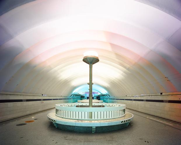 Để được chụp hình mỗi địa điểm, Burdeny phải thực hiện xin giấy phép với tổng chi phí lên tới 10.000 USD. Đây là ga Sportivnaya ở St Petersburg, nó được xây dựng năm 1957.
