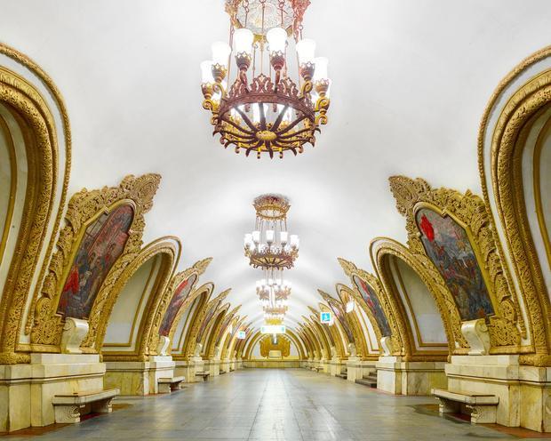 Ga Kievskaya Metro Station xây dựng vào năm 1937 tại Moscow làm nhiều người nghĩ mình đang ở trong một nhà hát.