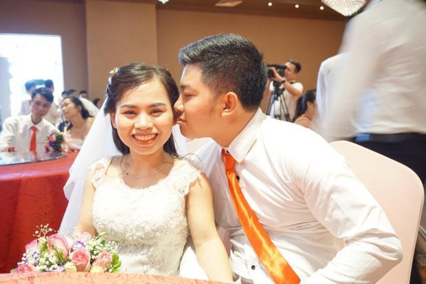 Anh Thành trao vợ nụ hôn.