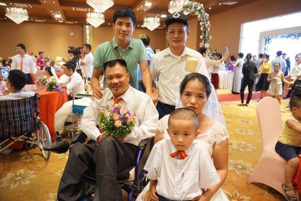 Vợ chồng ông Tiến cùng người thân ra Hà Nội tham dự đám cưới.