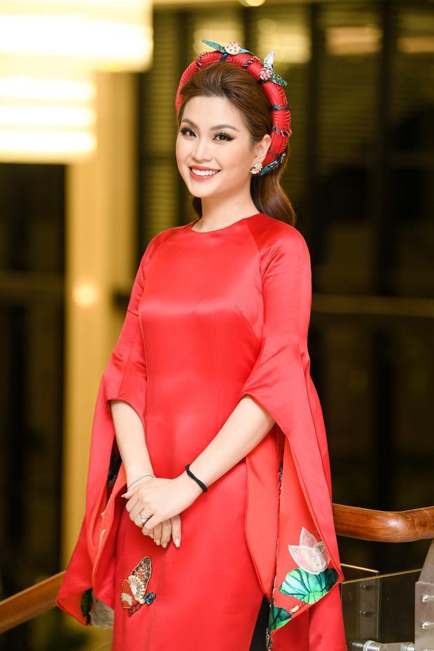 Á hậu Diễm Trang nổi bật với áo dài đỏ.