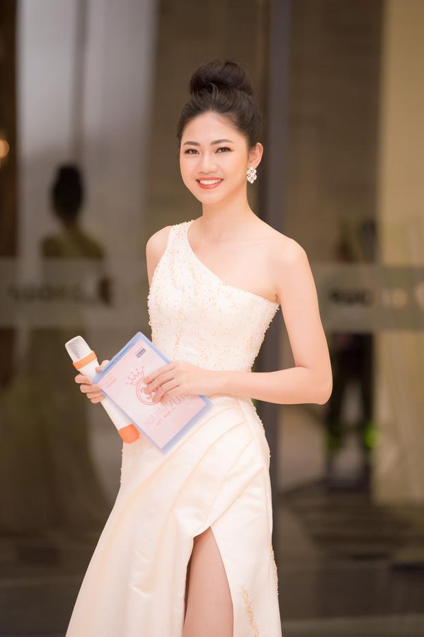 Á hậu Thanh Tú duyên dáng với vai trò MC thảm đỏ.