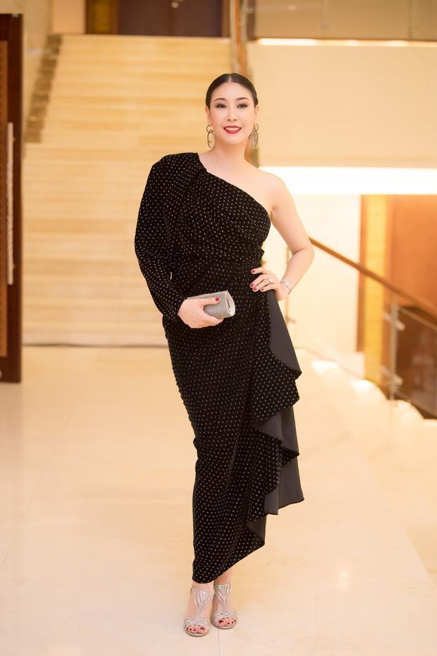 Hoa hậu Hà Kiều Anh quyền lực với đầm đen khoe nhan sắc trẻ trung dù đã đăng quang hơn 20 năm.