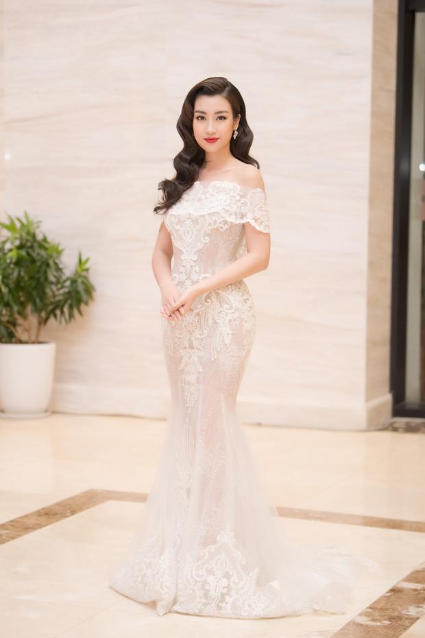 Hoa hậu Đỗ Mỹ Linh xinh đẹp với trang phục khoe vai trần gợi cảm.