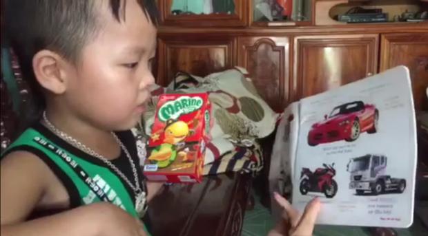 Hiện, Bảo Trung đã gần 5 tuổi nhưng tất cả sách ngoại ngữ bậc mầm non và tiểu học cậu đã đọc được hết.