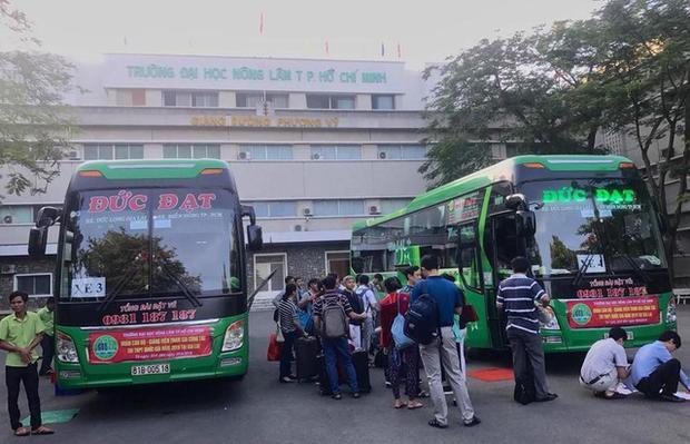 Một nửa cán bộ giảng viên trường ĐH Nông lâm TPHCM đi coi thi bằng xe trường đưa, còn lại di chuyển bằng máy bay