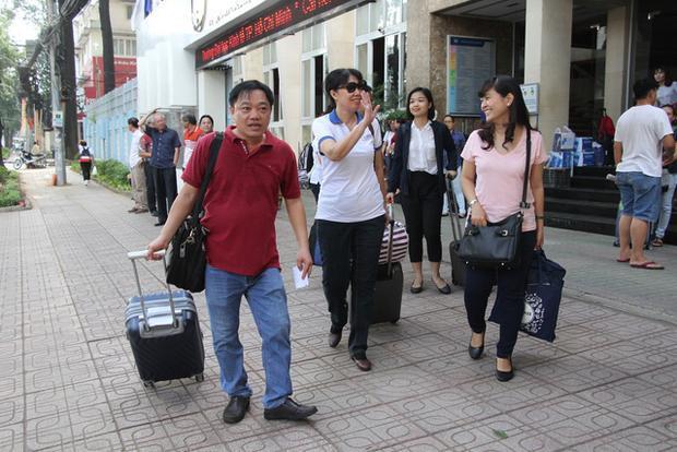 Đoàn cán bộ, giảng viên trường ĐH Kinh tế TPHCM với lỉnh kỉnh hành lý bắt đầu khởi hành về Bình Phước coi thi 5 ngày