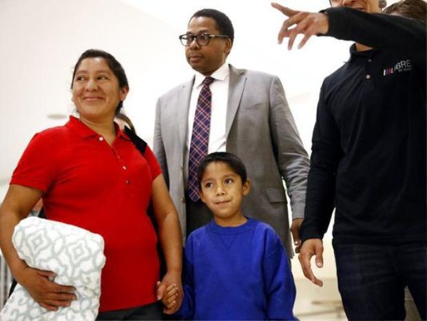 Bà Mejia-Mejia đoàn tụ con trai vào ngày 22-6. Ảnh: AP