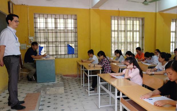 Theo quy định, mỗi phòng thi THPT quốc gia có 2 giám thị, một người của Sở Giáo dục địa phương, một là cán bộ, giảng viên trường đại học. Ảnh thí sinh tham dự kỳ thi THPT quốc gia 2017:Quỳnh Trang.